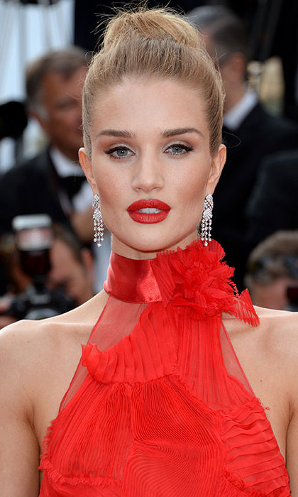 Rosie Huntington-Whiteley perfectly mastered the top knot with this large ballerina bun-esque hairstyle. She teamed the dramatic up-do with a striking shade of red lipstick to complement her showstopping dress.