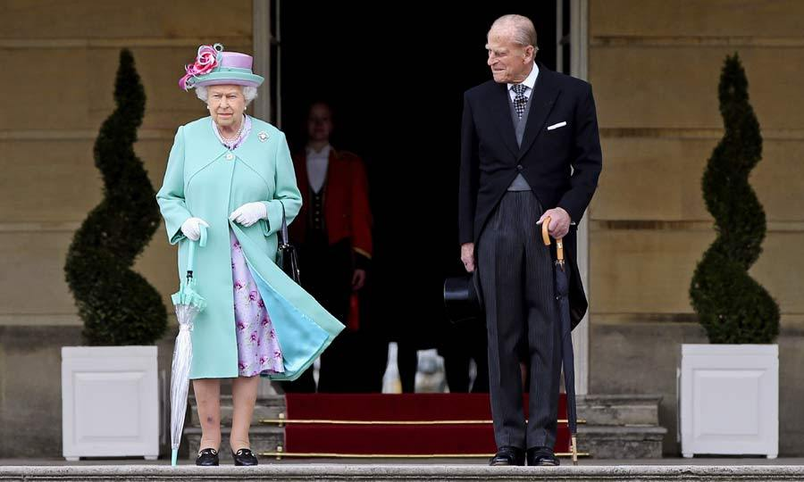 Queen Elizabeth looked resplendent in light blue coat as she attended the royal garden party alongside her husband Prince Philip.
