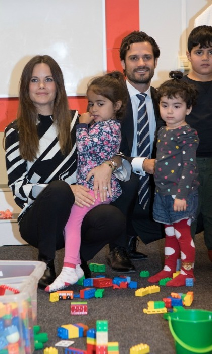 Carl and Sofia proved that they were ready to become parents of their own when they spent some time playing with little ones during their visit with refugees in Dalarna.