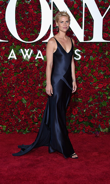 Actress Claire Danes stunned in a navy Narciso Rodriguez gown, which she paired with chandelier earrings.