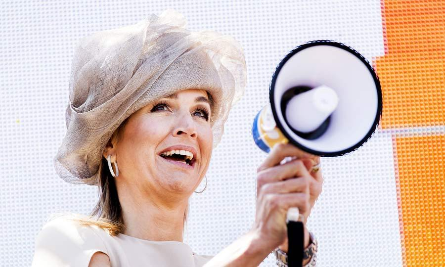 Is this on? Queen Maxima struggled to work out how to turn on a megaphone at the Neighbors' Day celebrations in Urk. Seeing the funny side to her mishap, the royal pulled faces and asked advice from the waiting crowds.