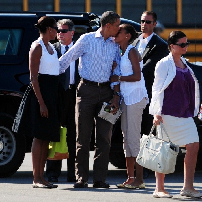 POTUS planted a kiss on oldest daughter Malia before boarding the plane in Martha's Vineyard. 