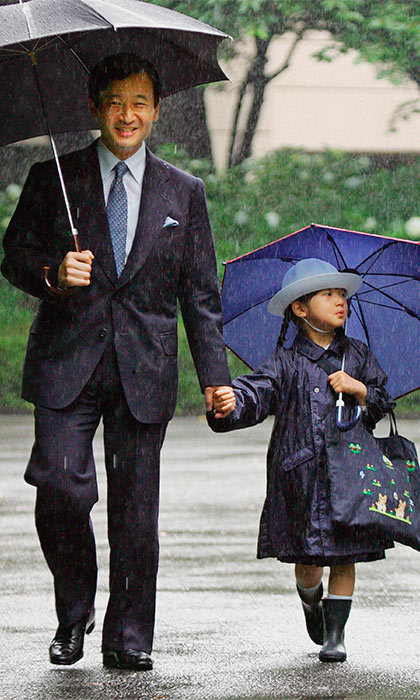Weathering the storm together, the young Princess and her father arrived at Gakushuin Kindergarten for the open house classes held for Father's Day.	