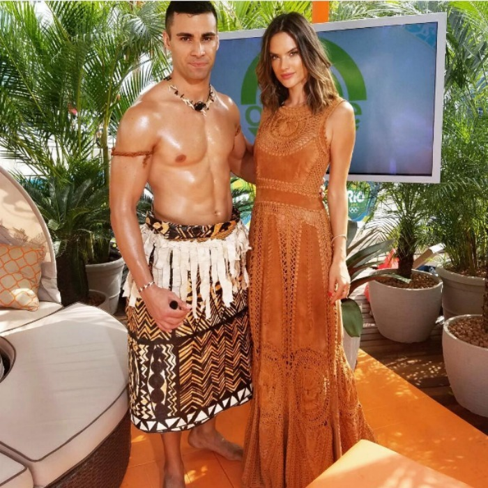 <b>Alessandra Ambrosio meets Tonga's flag bearer</b>