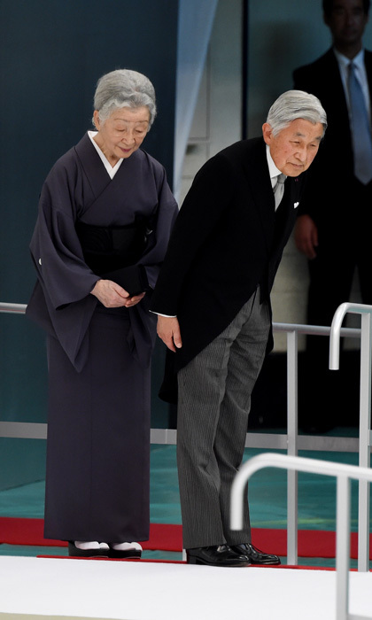 Japanese Emperor Akihito and Empress Michiko (left) bowed during the annual memorial service for World War II victims in Tokyo.