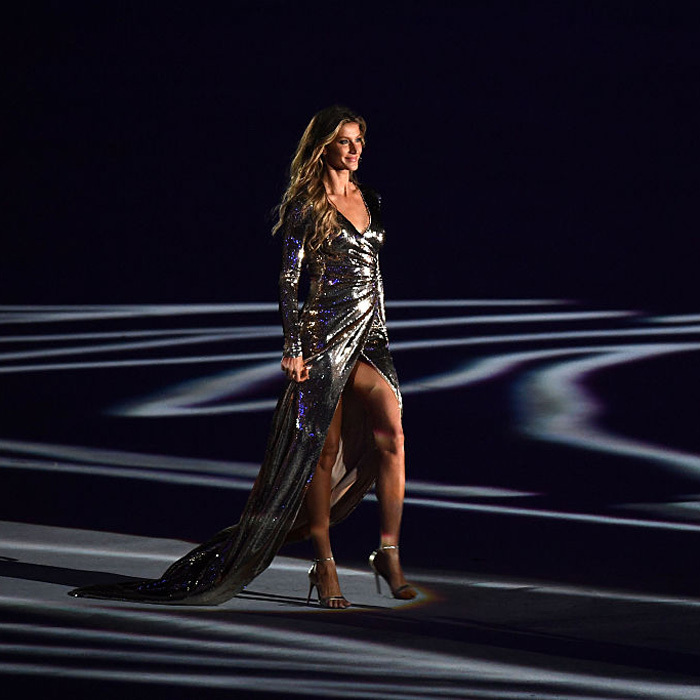 "Brazilian beauty <a href=""https://us.hellomagazine.com/tags/1/Gisele-Bundchen/""><strong>Gisele Bundchen</strong></a> strut her stuff during the Opening Ceremony of the 2016 Olympics. 