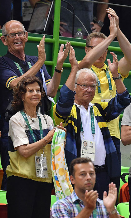 "<a href=""https://us.hellomagazine.com/tags/1/queen-silvia/""><strong>Queen Silvia</strong></a> and <a href=""https://us.hellomagazine.com/tags/1/king-carl-gustaf/""><strong>King Carl Gustaf</strong></a> got on their feet to cheer for the Swedish Handball team during the Preliminary Group B match against Brazil.