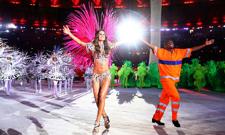 <b>Victoria's Secret model dances with a street cleaner</b>