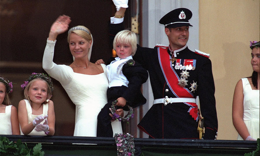 Upon arrival at the royal palace the couple appeared on the balcony to share their joy with the Norwegian people, as Haakon's parents had done 33 years ago on their wedding day. 