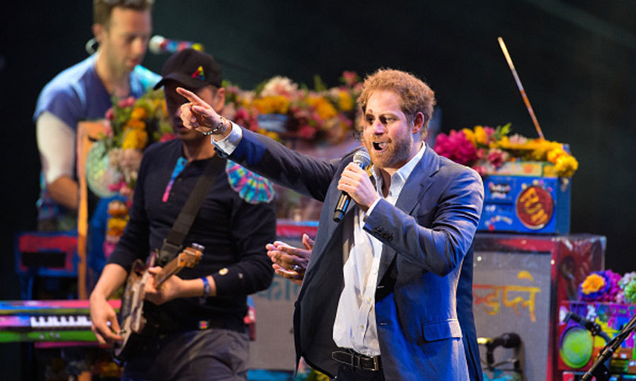A true rockstar! The british Prince joined Coldplay on stage during his 2016 Sentebale Concert held at Kensington Palace.