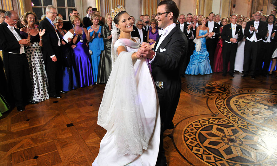 Victoria and Daniel danced during their wedding day in front of a crowd of family and friends. 