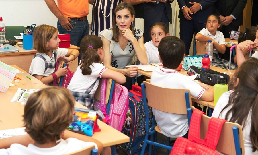 "<a href=""https://us.hellomagazine.com/tags/1/queen-letizia/""><strong>Queen Letizia</strong></a> had some fun with students during the opening of 2016-2017 scholarship course at ""Gines Morata"" school in Almeria, Spain. 