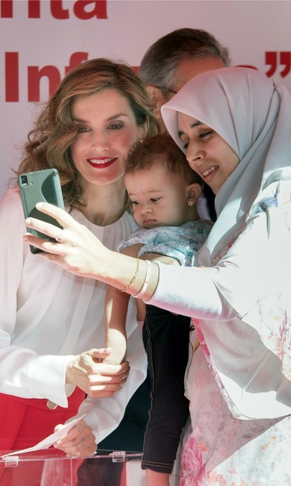 "<a href=""https://us.hellomagazine.com/tags/1/queen-letizia/""><strong>Queen Letizia of Spain</strong></a> took a selfie with two visitors during the Red Cross fundraising day in Madrid. 