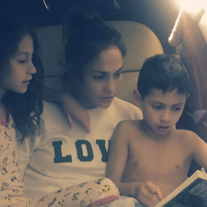 Even at 35,000 feet in the air, Jennifer Lopez made sure to read a bedtime story to her twins, Emme and Max.