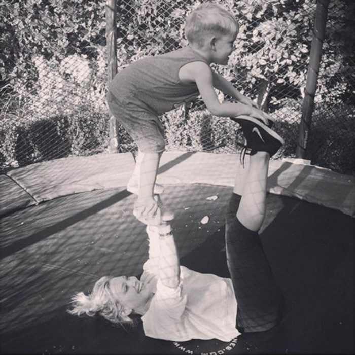 "<a href=""https://us.hellomagazine.com/tags/1/hilary-duff/""><strong>Hilary Duff</strong></a> stayed fit by doing some backyard mommy yoga with her son.