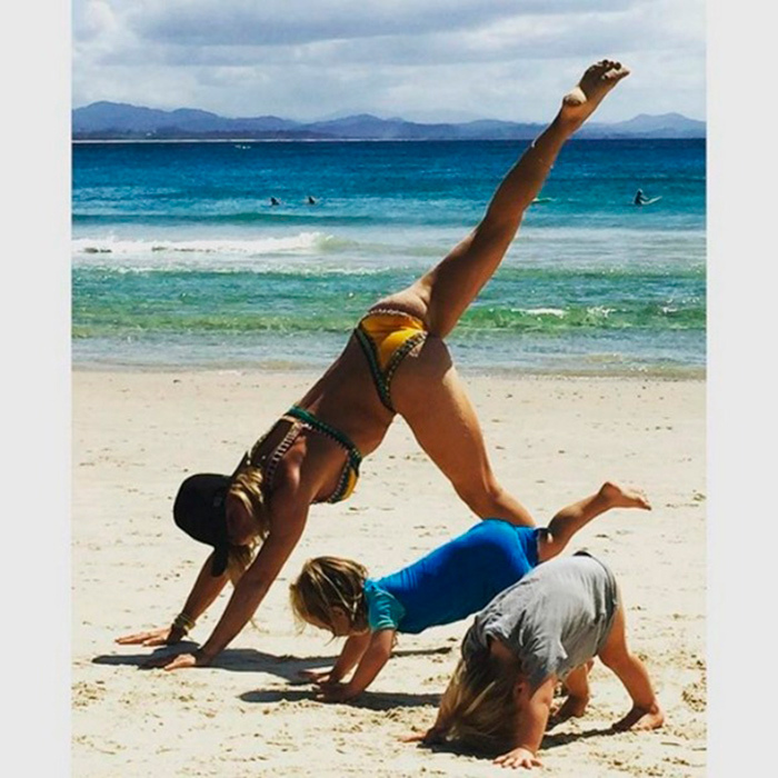"Downward dog! Spanish model and actress <a href=""https://us.hellomagazine.com/tags/1/elsa-pataky/""><strong>Elsa Pataky</strong></a> taught yoga moves, beach style, to her and Chris Hemsworth's twin sons, Tristan and Sasha.