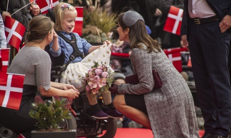 A dress fit for a little princess! During the opening of the second half of the new emergency hospital in Randers, Crown Princess Mary was greeted by a little girl who showed off her pretty outfit.