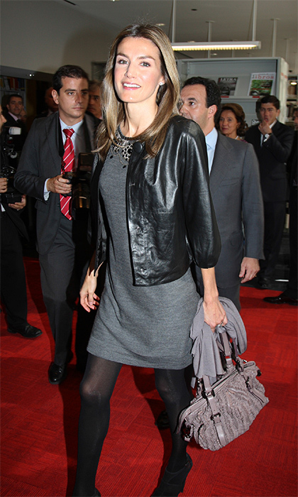 For a visit to Chicago back when she was Crown Princess, Letizia donned a black leather jacket with – what else? – princess sleeves.