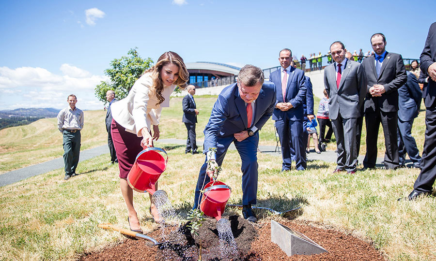 King Abdullah II and Queen Rania planted trees together at the National Arboretum in Canberra on November 24.