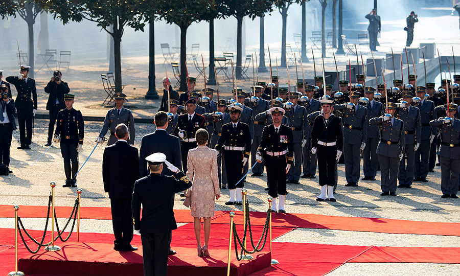 Troops stood at attention as King Felipe and Queen Letizia of Spain, joined by Portugal's President Marcelo Rebelo de Sousa, visited the Chamber of Commerce of Porto.