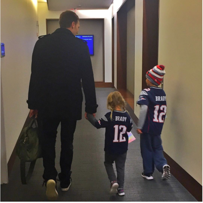 Gisele Bündchen shared this adorable snap of her little tots wearing matching ´Brady´ jerseys to support their father.