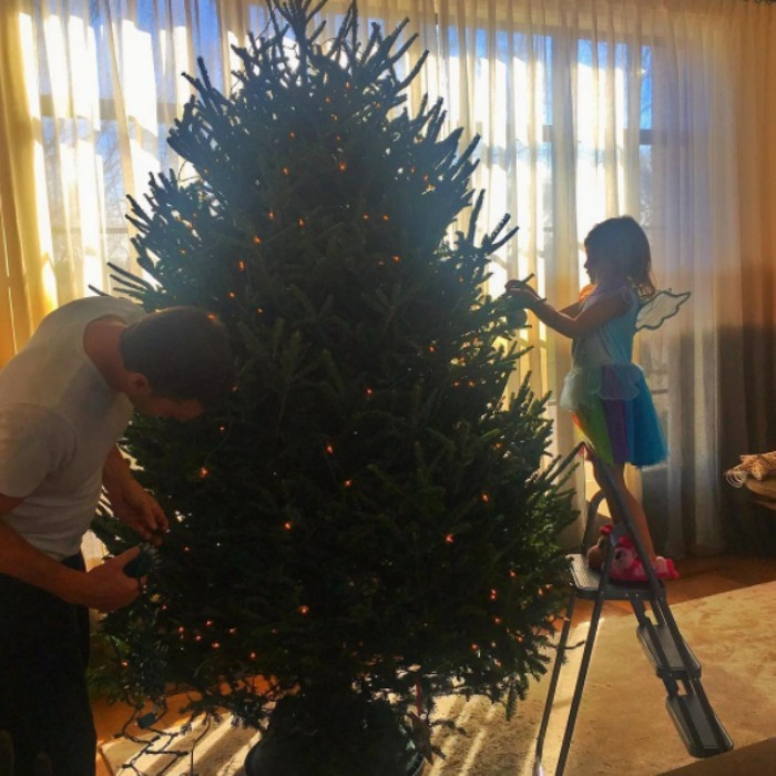 Gisele Bündchen had some of Santa's helpers in her house putting up the Christmas tree. 