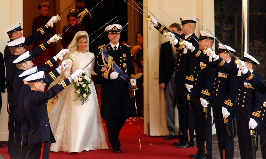 With honor! The Prince and his leading lady made their way out of the church and was greeted by an arch of swords held by Officers of the Royal Netherlands Navy.  In total 1,900 military personnel took part in the ceremony. 