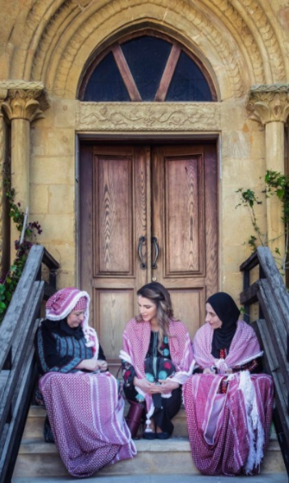Queen Rania sat with women in Al Salt, who taught her the history of the traditional shemagh in addition to getting the hands on experience with stitching the garment. 