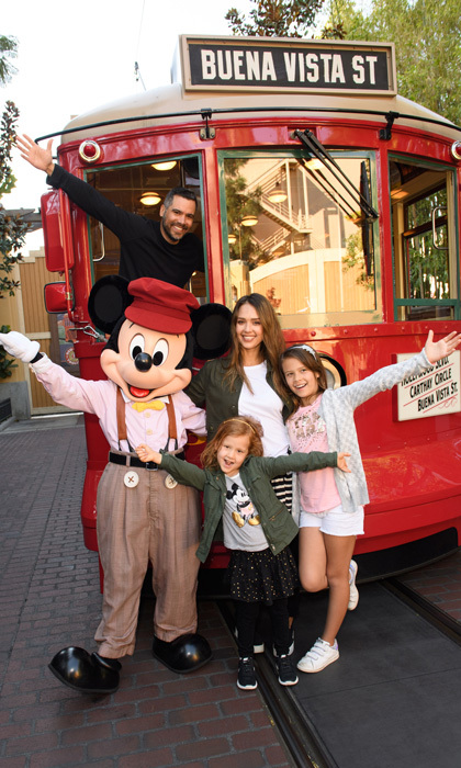 "<a href=""https://us.hellomagazine.com/tags/1/jessica-alba/""><strong>Jessica Alba</strong></a> had a good view with her husband Cash Warren and children Honor and the Haven at Disney California Adventure Park in Anaheim, California.