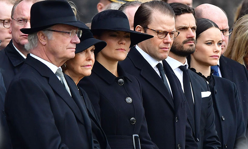 King Carl XVI Gustaf and his wife Queen Silvia also attended the service in addition to Crown Princess Victoria and Prince Daniel. The royals arrived at City Hall in Stockholm, clad head-to-toe in black. At noon, a national minute's silence was observed, after which the army band played Segnale Solenne. 