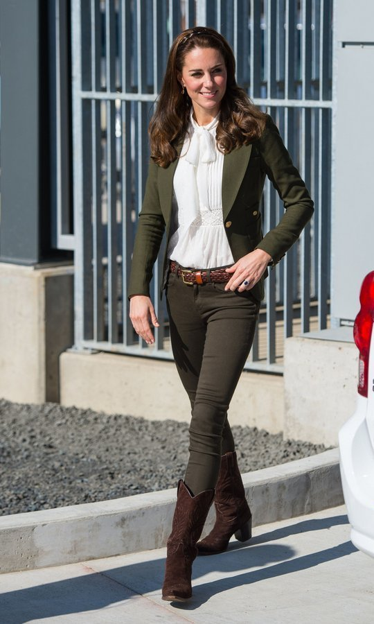 In British Columbia on the 2016 Canadian tour, Kate teamed her Canadian brand Smythe blazer with an ivory blouse from Somerset by Temperley and Zara skinny jeans.