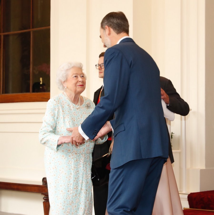 King Felipe, who stands at 6ft 4in, towered over the 91-year-old monarch as he bid her farewell.