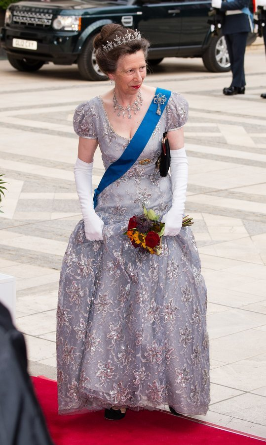 Queen Elizabeth's only daughter Princess Anne donned a cap-sleeved lavender embroidered gown, elbow length gloves and the gorgeous Festoon tiara for the Lord Mayor's Banquet at the Guildhall. 