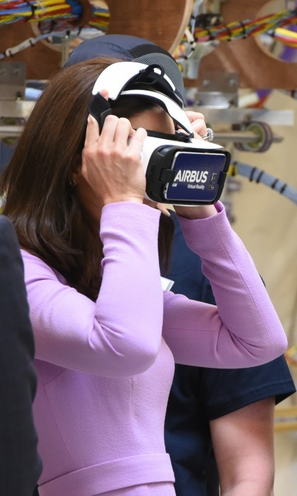 Kate had some fun with a virtual reality flight simulator during her visit to the Airbus A320 production site in Hamburg.