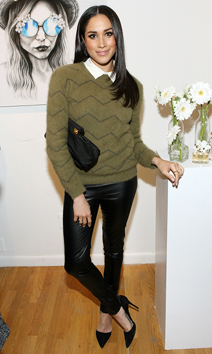 A more casual autumn look with leather leggings – an earth-toned sweater over a collared white shirt.