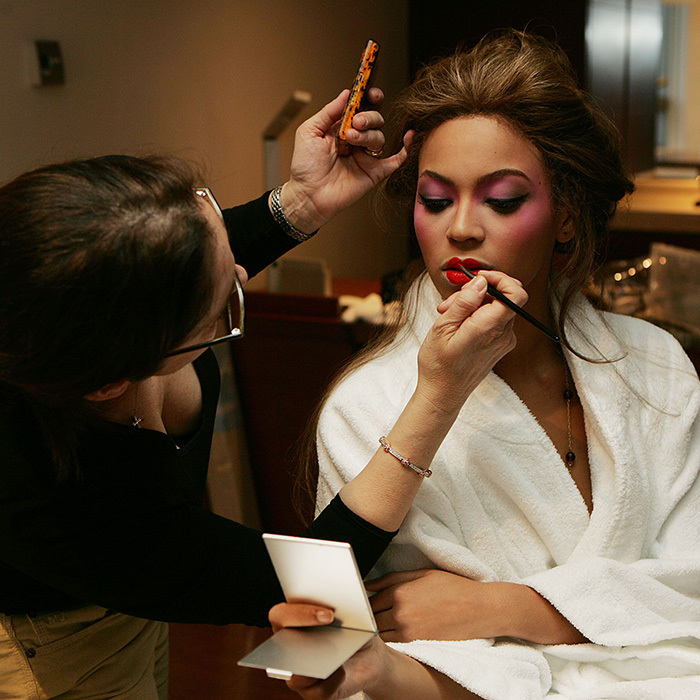 Beyoncé gets a perfect red lip with some help from her makeup artist – and the right brush! 