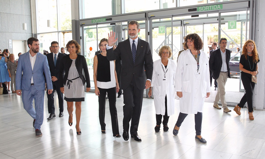 Felipe and Letizia were seen shaking the hands of doctors and spending time with patients both at Hospital del Mar and Saint Pau Hospital. Prior to seeing the victims at Hospital del Mar, the King and Queen met with the Hospital del Mar management. Their goal was to find out what treatments and support they offered the wounded admitted to the medical center. 