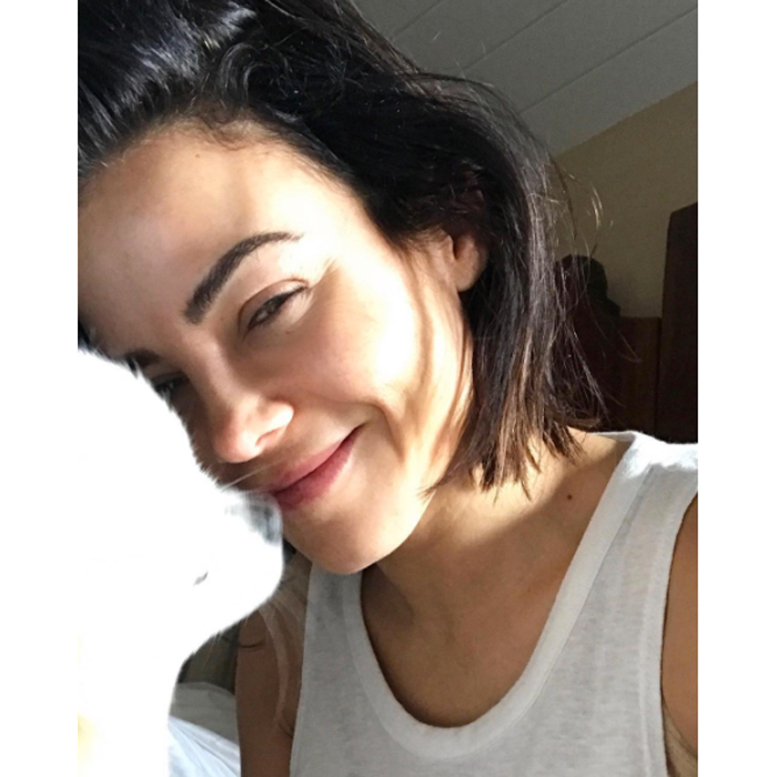 Wearing a simple white tank top and sporting a messy bob, Jenna Dewan-Tatum radiated confidence in this sunny, makeup-free photo she shared on Instagram. 