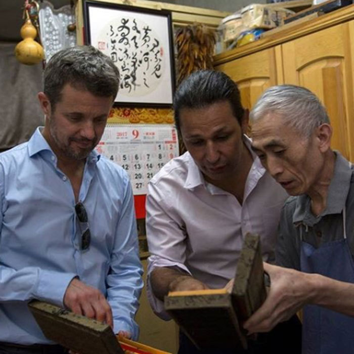 During his trip to China, Crown Prince Frederik met with one of the country's last classical calligraphy workers.