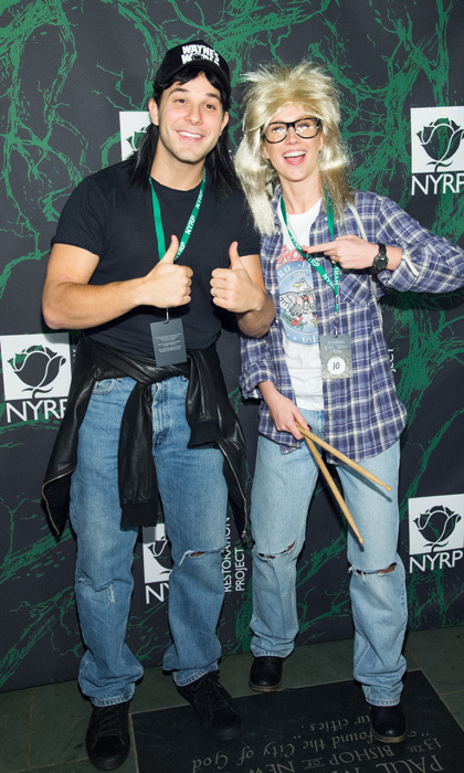 waynes world party time skylar astin and anna camp dressed as iconic characters wayne