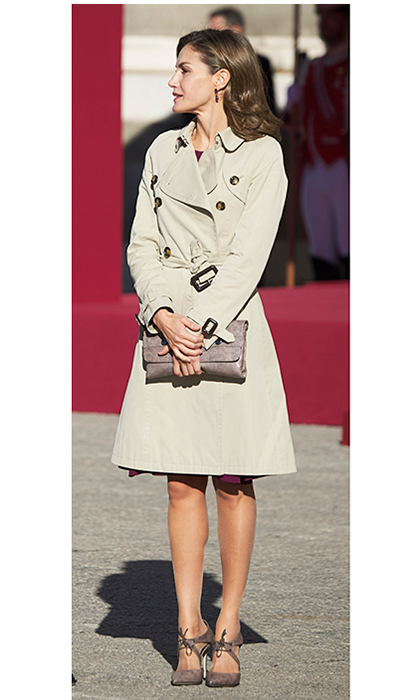 Joining her husband King Felipe VI of Spain to welcome Israeli President Reuven Rivlin and wife Nechama Rivlin to the Royal Palace in Madrid, Queen Letizia was on trend for fall in a cool trench by Burberry. The royal's clutch and shoes are from one of her go-to labels, Magrit.