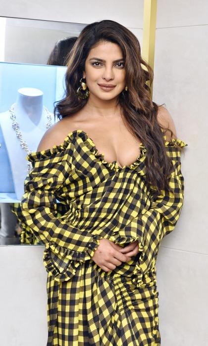 Priyanka Chopra looked flirty at the charity event, rocking a low-cut black and yellow checkered couture number. The bumble bee-esque dress also featured a high slit up the thigh, showing off the Quantico star's enviable physique. Priyanka let her cascading locks fall to her shoulders in lucious curls.