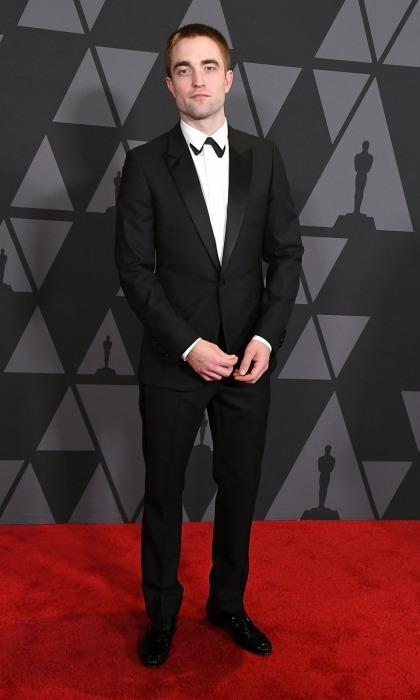 Robert Pattinson, who has earned Oscar buzz this season for his role in <i>Good Time</i>, looked dapper as he walked into the Hollywood awards ceremony. The 31-year-old talent wore a Dior Homme suit with a unique twist: his bowtie was placed underneath his shirt lapel.