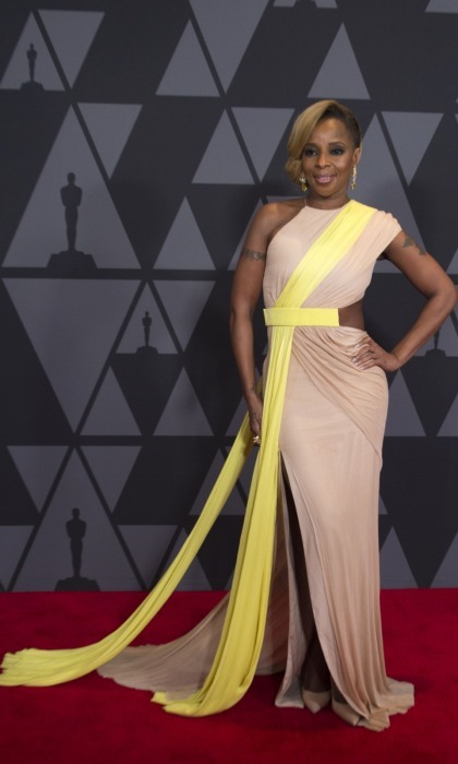Mary J. Blige glided across the carpet in a beige and yellow Cushnie et Ochs dress.