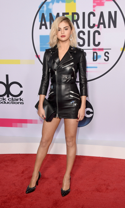 What better way to debut a new 'do than at a high-profile awards show? Selena Gomez sported a fresh look on the red carpet at the 2017 American Music Awards on Sunday, November 19 at the Microsoft Theater in L.A. The 25-year-old singer, who wore a Coach dress with Roberto Coin jewelry, showed off gorgeous short blonde locks.