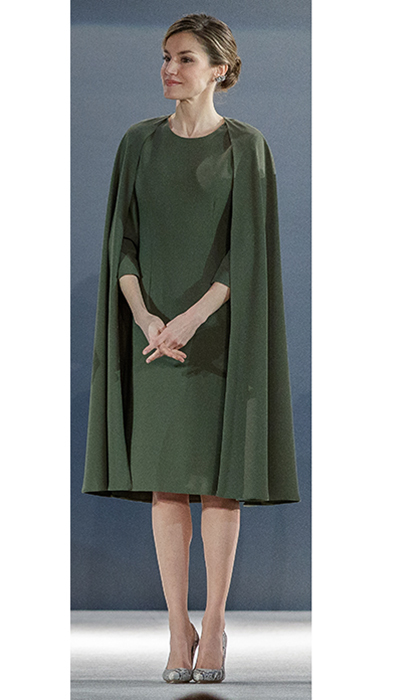 "<a href=""https://us.hellomagazine.com/tags/1/queen-letizia/""><strong>Queen Letizia of Spain</strong></a> was on hand with husband King Felipe to help hand out prizes at the National Design Awards, but we're definitely focused on the design draped over Letizia's shoulders! The forest green look was created by Spanish designer Juanjo Oliva.