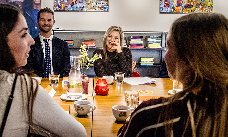 Queen Maxima paid a visit to the youth volunteer organizations Time For Action and Netwerk Nieuw Rotterdam in Rotterdam on January 11. The Dutch Queen, looking stylish in black, happily chatted with volunteers and staff during the visit.