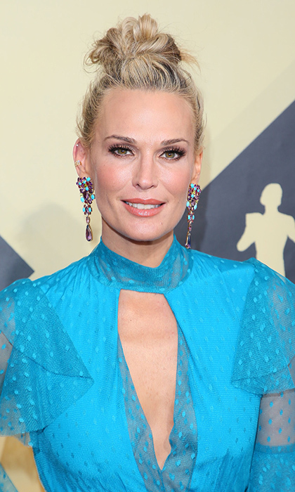 Molly Sims showed us a great way to show off statement earrings! The star wore her blonde tresses in an upswept messy top knot at the 2018 SAG Awards.