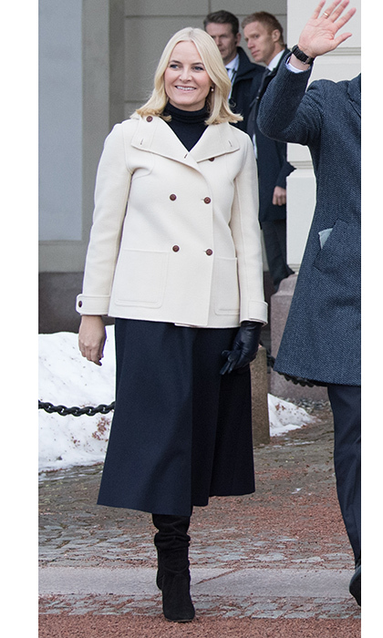 Crown Princess Mette-Marit of Norway was simply chic in a cream-colored pea coat, navy skirt and black turtleneck as she gave Prince William and Duchess Kate a tour of Oslo. 