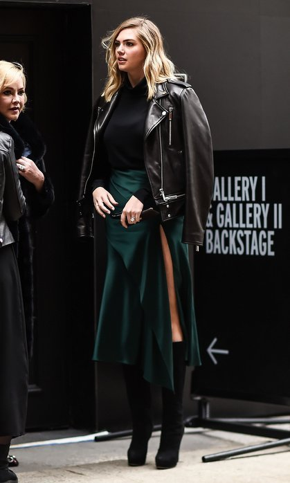 Wearing a tiered green skirt that showed off a bit of leg, Kate Upton looked uber chic outside the Jason Wu show on February 9.